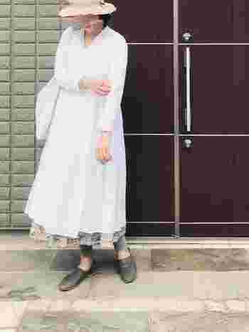 イノセントな雰囲気と大人の女性の美しさ、両方引き出してくれるヤエカのカシュクールワンピース。ワンピースの中に白のタンクトップ、花柄スカート、その下にレギンスを重ねて自分だけのスタイルを作ってみませんか?