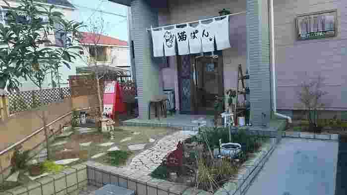 名前から魅力的な「猫ぱん。」は、栃木県の小山市のパン屋さんです。店先の暖簾も可愛らしく、店内にはパン以外にも猫グッズが売られているなど、猫好きにはたまらない、こだわりのお店です。