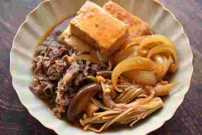 えのきはお肉の脇役に置いても、いい味を出してくれます。牛肉と豆腐を甘辛く煮た肉豆腐。そこに旨味と豊かな食感で脇を固めるきのこたち。良く味が染み込んだえのきが最高!白いご飯がどんどん進んでしまいそうなメインのおかずです。