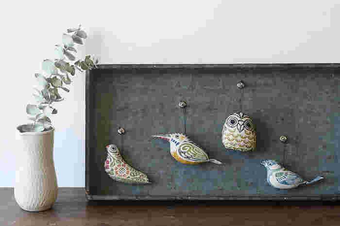 自立しない小さな小鳥たちは吊り下げるための糸が付いています。好きな場所に引っ掛けたり、吊るしたりして楽しもう。