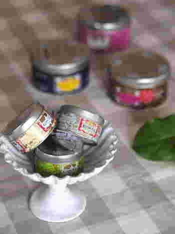 25gの小さな缶をいくつか器に盛って、食卓に飾ってみても可愛いですね。