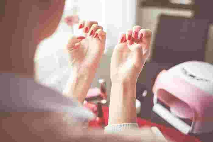 もちろんネイル派さんにだって、キューティクルオイルは活躍します。ネイルの上から塗ることができ、爪先や爪の根本等、ネイルが剥がれやすい部分に塗れば、ネイルを長持ちさせる効果も。ネイルがもっと楽しくなりますね♪