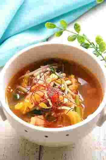 生のトマトとキムチで作る、ちょっと変わった中華風スープのレシピ。にら・もやし・まいたけの食物繊維と、キムチの乳酸菌効果で腸のはたらきをサポートしてくれます。