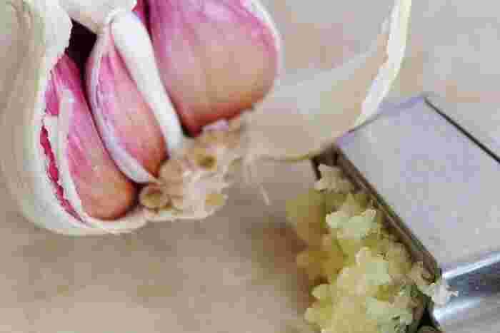続いて、鍋にバターとにんにくのすりおろしを入れ、香りが立つまで炒めます。