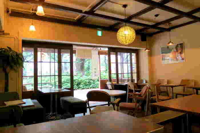 テーブル席のほか、オープンキッチンに面したカウンター席もあり、ふらりと入ることもできますね。テラス席を含めて34席ほどなので、こぢんまりとした居心地の良さがあります。