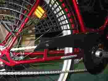 「スカートガード」という自転車の後輪に取り付けるアイテムも販売されています。これがあればタイヤへの巻き込まれも防げます。様々な素材や形状があるので、気になる方はお店の方に相談して、自転車にぴったり合ったものを見つけてくださいね☆
