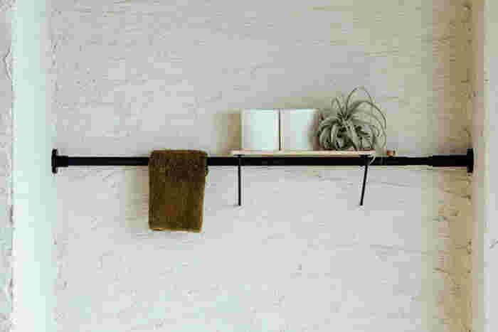 壁に穴を開けられない賃貸の物件でも、突っ張り棒を使えば壁に傷を付けずにトイレ用品を収納できます。トイレの壁のデッドスペースに設置すれば、手ふき用のタオルを掛けたり予備のトイレットペーパーを置いておいたりでき、とても便利です。