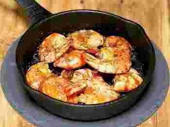 冷めにくいスキレットは、オイル料理にもぴったり♪スキレットにオリーブオイルとにんにくを入れて、海老を焼いて味つけするだけなのに、おしゃれな一品に。仕上げにオーブンでカリっと焼くので、海老のカラごといただけます。