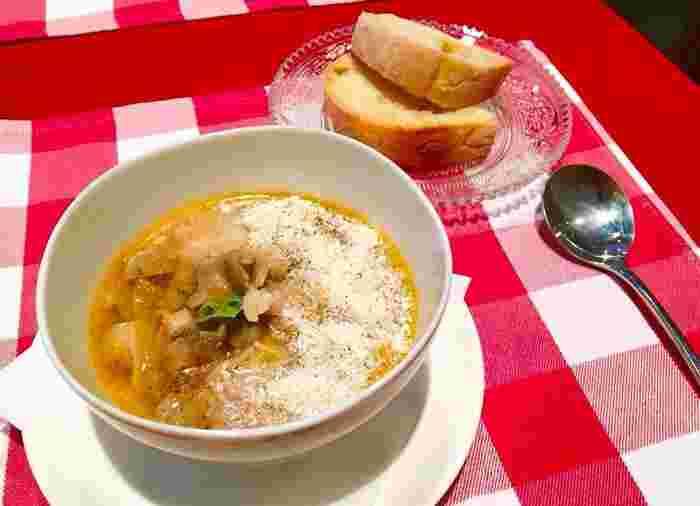 『Don Giovanni』の名物ともいわれているのが、フィレンツェに400年前から伝わってきた、ランプレッドットのスープ。 メディチ家の時代(400年前)に、よ~く煮込んだ牛モツのスープが街の屋台で売られていました。そのスープに牛モツとキャベツとお米とパルミジャーノチーズで仕上げた貧乏料理が起源なんだそう。ジョバンニさんがリッチに仕上げたその味わいは、なぜかやさしい懐かしさを感じさせる一品です。