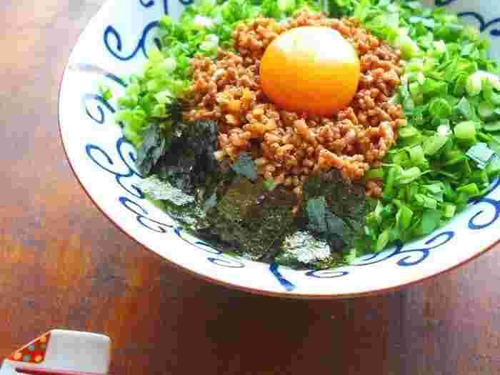 名古屋発祥の台湾まぜそばをそうめんでアレンジ。ニンニクとごま油、豆板醤で炒めたひき肉に、とろっとした黄味がまろやかさをプラス。シャキシャキとした食感がおいしそうです!