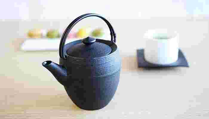 山形鋳物の茶器は注いだお湯の温度を保ち、茶葉の味と香りをじっくりと抽出してくれます。保温性が高く、ティータイムに淹れたお茶はおしゃべりに花が咲いても冷めにくいのが特徴です。