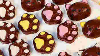 こちらも可愛い猫と肉球の型抜きチョコの作り方です。 シリコンの型を使うので取り出しも簡単です。