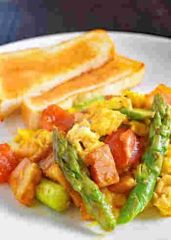 アスパラとベーコンに卵を加えて、栄養たっぷりの朝ごはんレシピの完成です。  食欲の無い朝でも焼きたてのトーストとこれがあれば、食が進みそうですね!