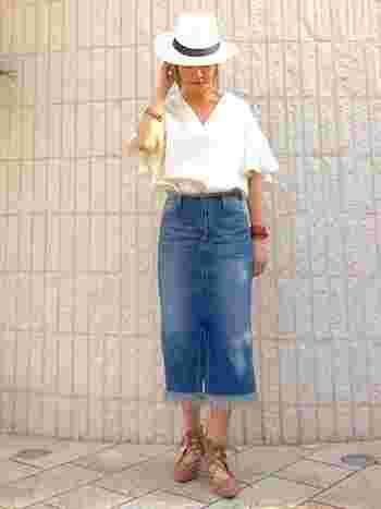 ブラウス+ブレスレット+ストローハット トップスの女性らしさとハットのマニッシュな雰囲気がマッチしています。袖がゆったりしているデザインが人気です。