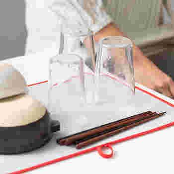 こちらの吸水マットは赤い縁取りが可愛らしいですね。ループがついているので、使い終わったらぎゅっと絞って、干しておくことができます。
