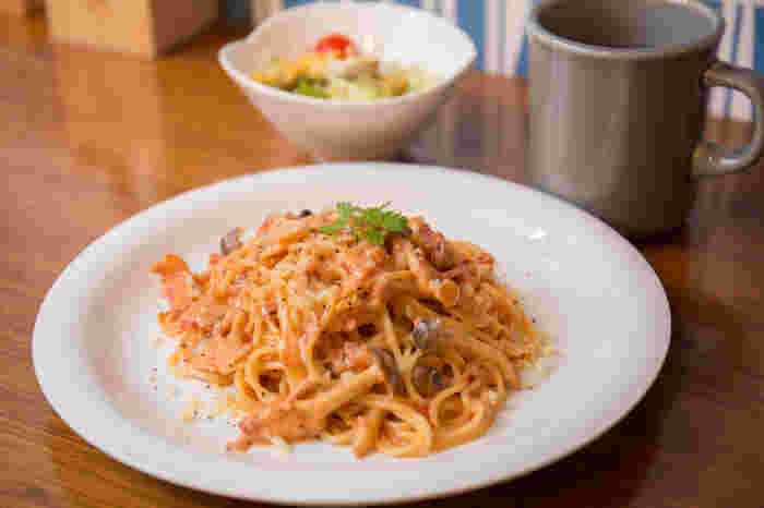 大人気のランチは、「きょうのプレートランチ」「きょうのパスタセット」から選べ、サラダとドリンクが付いてきます。