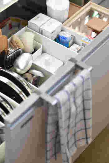 様々なアイテムが集結するキッチンは、収納もお掃除も大変。引き出しの中は物を直接入れるよりも、ボックスで管理したほうが見た目がすっきりするだけでなく、ボックスごと取り出せるので掃除が楽になります。