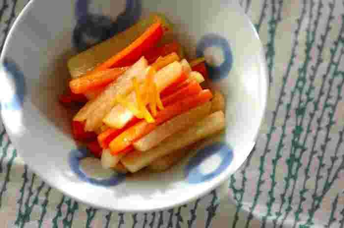 大根と人参、しょうがを炒めた塩きんぴら。これからの季節らしい1品ですよね。