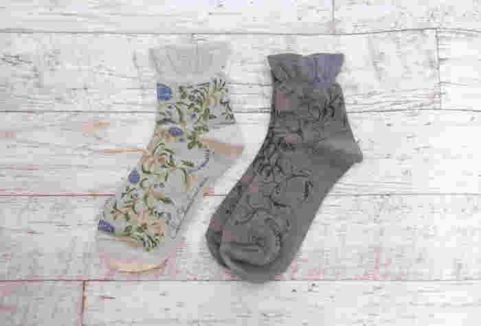 靴下は購入したときのタグを見て、洗濯表示を確認しておきましょう。  シアー素材やラメ入りなど、特徴的な生地の場合はとくに気を付けて。また、白っぽいもの、黒っぽいものを分けて洗うと色移りを避けられます。
