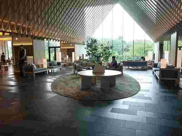 まるでシンガポールのようなインフィニティプールを屋上に備えたソラノホテル。昭和記念公園の豊かな自然が目の前に広がります。海外旅行はまだまだお預けのご時世なので、たまには東京郊外の最新ホテルでゆっくりと休暇を過ごしてみてはいかがでしょう。