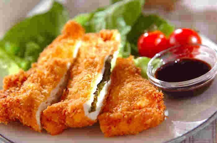 たまには揚げ物も食べたい!けどやっぱりカロリーも気になる……。そんな人におすすめなのは鶏むね肉を使ったフライ。サンドされた大葉とからしが良いアクセントになり、むね肉の淡白さを紛らわせてくれます。