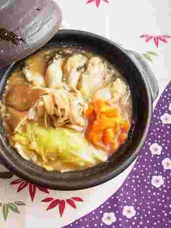 牡蠣の土手鍋は、本来は鍋に味噌を塗りつけて、溶かしながら具を煮込んでいく鍋物ですが、こちらは味噌ベースの手軽に作れる土手鍋風。牡蠣は、片栗粉をつけて入れることでぷりっとした仕上がりになります。