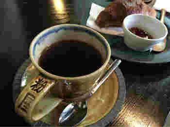 京都洛北エリアの大人な隠れ家カフェ、「粉屋珈琲」。町家造りの趣深い店構えは、一見コーヒーショップには見えません。扉を開けば気さくなオーナーさんがお出迎え。自家焙煎の香り高いコーヒーを楽しんでくださいね。
