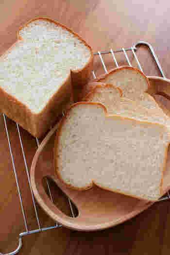 「山型食パン」または「イギリスパン」と呼ばれるのがこちらの食パンです。名前のとおり、イギリス発祥と言われています。 山型食パンはフタをしないで焼くため、上に膨らむ力が大きくなります。そのため、角型食パンにくらべてふんわりと軽い食感が特徴です。