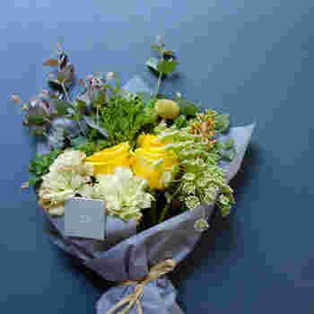 Orange/Yellow[Mサイズ] カーネーションにイエローのバラを組み合わせた賑やかなブーケは、まるで花畑のよう。グリーンの使い方に遊び心を感じます。