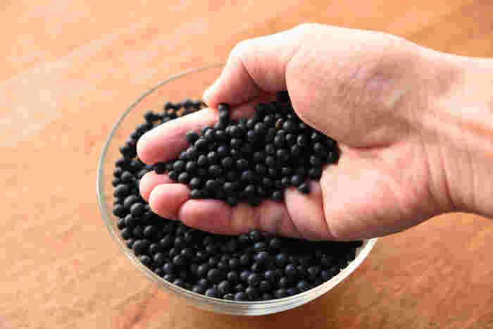 """黒千石(くろせんごく)大豆は、一般的な黒豆に比べて粒が極小の品種です。数年前に、その栄養価の高さで注目されたのでご存知の方も多いのでは。身近なスーパーで見つけられないときは、ちょっと""""こだわりの品揃え""""の食料品店を探してみて。"""