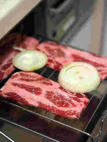 なかでもお肉料理は、オーブンよりも比較的ジューシー、シズル感溢れる仕上りにできるものが多いですよ。 きっと食卓での会話も弾むはず*  今回ご紹介したレシピ、ぜひ参考にしてくださいね。