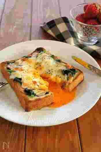 卵とベーコン、マヨネーズやチーズなどでカルボラーナ風にアレンジしたトーストレシピ。具材が焦げないように、アルミホイルをかぶせて焼くのがポイントです。卵を半熟に仕上げて、パンと絡めながら食べるのがおすすめ。ベーコンの塩気が効いているので、味つけも簡単でOKです♪