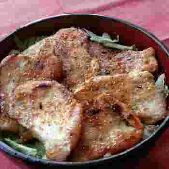 ソテーした鶏むね肉をたくさんのせた丼ものレシピは、ガッツリ食べたい時にも満足のボリューム。ニンニク醤油で味付けしているので、お箸が進みそう。男性にもおすすめのレシピです。