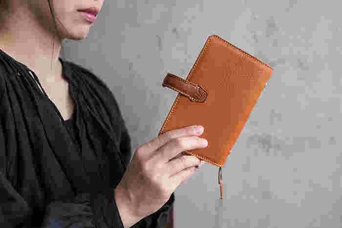 手帳カバーにこだわることで「自分だけの手帳」らしさがアップします。革のカバーなら、使いながら革の表情を育てていく楽しみもあります。