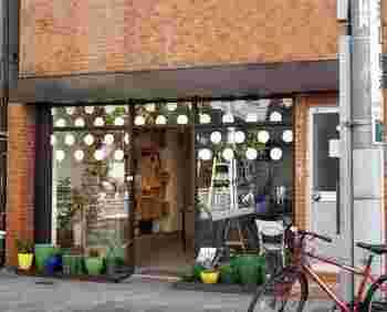 清澄白河の駅から10分ほど歩いた住宅街にある「Artichoke chocolate(アーティチョーク チョコレート)」。看板もなく、うっかり通り過ぎてしまいそうな店ですが、今ひそかに注目されているクラフトチョコレート専門店のひとつです。
