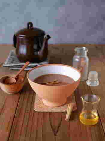 ピュアココアとシナモンパウダー、カルダモンパウダー、ジンジャーパウダー を香りが出るまで弱火でじっくり炒め、ひと手間かけて作るドリンクです。作っている間も、スパイスとココアの良い香りが癒してくれそうですね。