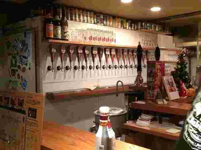 カウンターからのタップが綺麗に並ぶ眺めは壮観。常時12種類のクラフトビールが楽しめます。