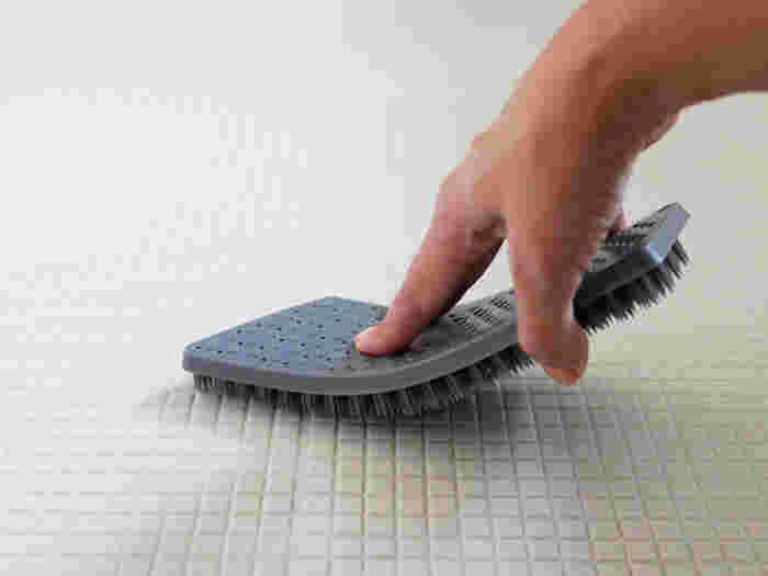 秘密は、樹脂でできた尖った毛先!しっかりフィットして溝に入り込み、しつこい汚れをスッキリかき出してくれるんです。床だけではなく、水栓周り・バスタブのフタやイス、水栓周りなど、隅っこの掃除のしにくい場所にもしっかり毛先が届いてキレイにしてくれます。