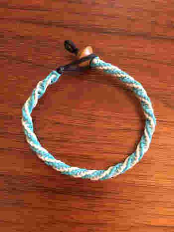 ぐるぐるねじれる部分が2つ重なって仕上がる、ダブルねじり結び。左右の紐を一本増やし、1本目と2本目を交互に編んでいきます。編む手間は同じなのに、ステップアップした印象になりますね♪
