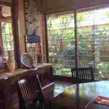 かさの家には茶房もあり、これまた素敵なんです。テーブルやライトもレトロで、器にもこだわっています。窓からは庭を眺めることもできて、ゆっくりとした時間を過ごせます。店内には和雑貨もありますよ。