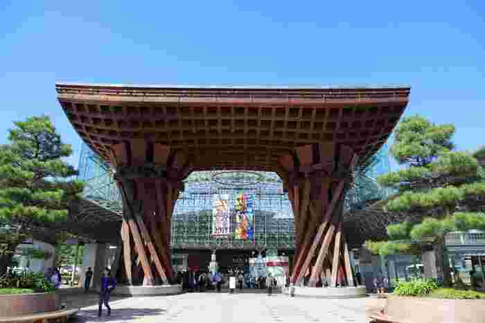 北陸新幹線の開通で東京からのアクセスも良くなり、観光地としてますます人気が高まっている「金沢」。これから旅行を計画している人も多いのではないでしょうか?でも、そんな時に悩みがちなのが「お土産」のチョイス。金沢にはたくさんのお土産品があるので、何を買おうか迷ってしまいますよね。
