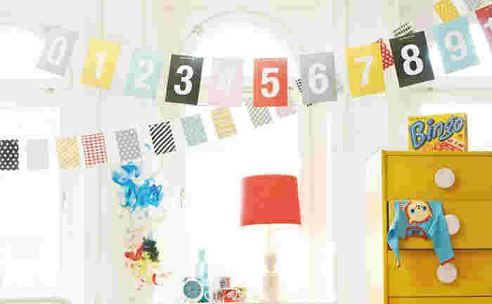 数字がプリントされたユニークなガーランドは子供部屋にぴったり!柄違いのガーランドを交差するように飾ると、より華やかになりますね。