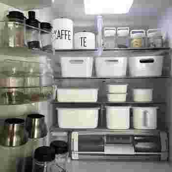 なんと冷蔵庫の中までモノトーンで揃えられています。いつでも整理された冷蔵庫なら、お料理の腕もぐんと上がりそうです。
