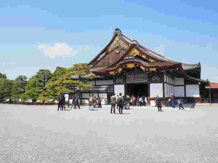 平成6年(1994年)にユネスコ世界遺産に登録された「二条城」は、慶長8年(1603年)、徳川家康によって造営され、寛永3年(1626年)に三代将軍家光によって完成し、建築・絵画・彫刻などは桃山様式を見ることができる施設です。また、その後十五代将軍慶喜が大政奉還を決めるなど、日本の歴史を見守ってきたお城としても貴重な存在です。