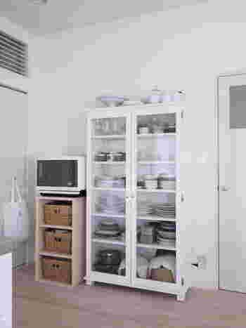 ガラス扉の食器棚は詰め込み過ぎず、見せる収納として考えましょう。カラフルな食器や子供のキャラクター食器が並ぶと生活感が出てしまうことも。シンプルな食器や、お気に入り食器に絞って並べると◎