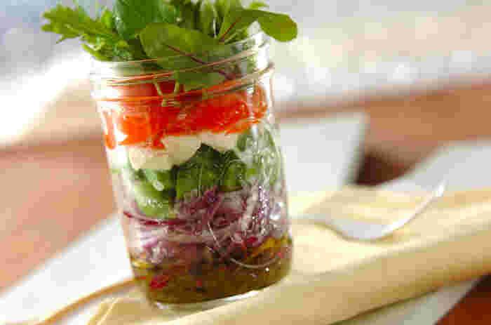 ジャーサラダを作るポイントは、やっぱり彩り♪見た目が美しくなるように、野菜をチョイスしてみて下さいね!食べる時には、軽く振って食べると、よりドレッシングが全体に馴染んで美味しく頂けます。