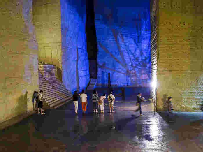 地下空間でライトアップされたオブジェは、SNS映えする撮影スポット。思わずカメラに収めたくなりますよ!