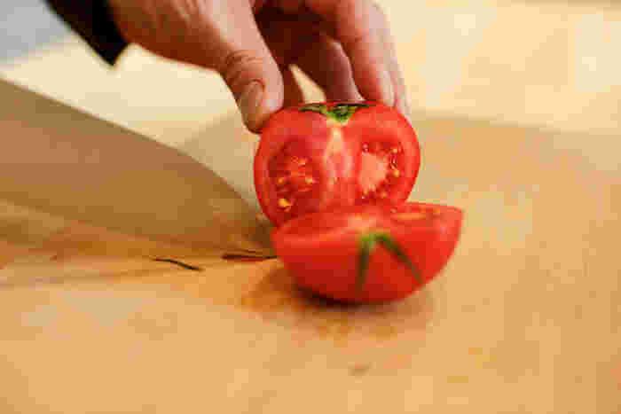 「庖丁工房タダフサ」の包丁で切ったトマト。なめらかな断面が綺麗です