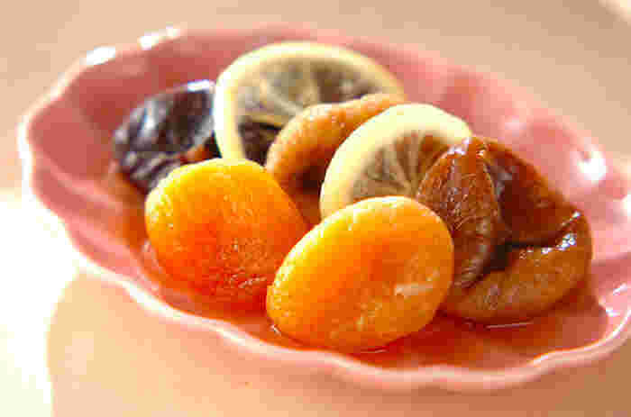 ドライフルーツを使うととっても簡単に本格的なコンポートが作れます。レモンを輪切りにして加えるところがポイントです。お好みのドライフルーツと白ワイン・水・蜂蜜・レモンを耐熱皿に盛りつけてレンジで加熱したら完成です。