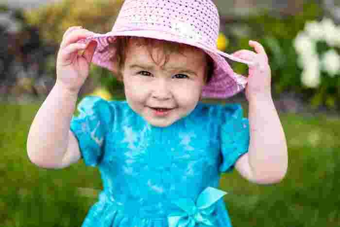 嫌がっている子供にいくらかぶりなさい!と言っても、どんどん嫌になるだけ。逆に楽しい♪と思ってもらえたら、比較的スムーズに受け入れてくれる事が多いようです。例えば、鏡の前で帽子を被ったりとったりして遊んでみたり、帽子でいないないばぁをしてみたり、まずは帽子で遊んでみてはいかがでしょうか。